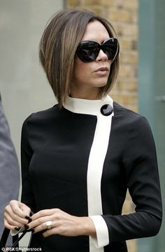 The Most Iconic Hairstyles Of All Time : Victoria Beckham - Black Haircut Styles David Und Victoria Beckham, Victoria Beckham Stil, Victoria Beckham Short Hair, Victoria And David, David Beckham, Victoria Beckham Hairstyles, Celebrity Hairstyles, Trendy Hairstyles, Bob Hairstyles