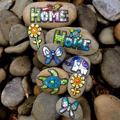 Mosaic Rocks, Mosaic Stepping Stones, Stone Mosaic, Mosaic Glass, Stained Glass, Mosaic Crafts, Mosaic Projects, Mosaic Art, Mosaic Ideas