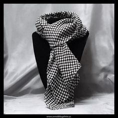 Šifonová šálka s kostkovaným černobílým vzorkem.