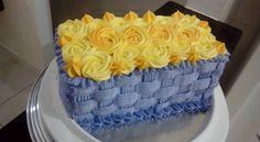 Bolo cesta de flores Massa branca e recheio de mousse de limão.