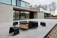 Our multifunctional outdoor concept Rocco & our outdoor seat Christo on the terrace of the great Belgian architecture of Govaert & Vanhoutte. Patio Deck Designs, Outdoor Fireplace Designs, Patio Design, Exterior Design, Fire Pit Cooking, Garden Sofa, Backyard, Architecture, Outdoor Decor