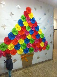 Árbol de Navidad con papeles de colores