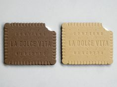 Biscuit cards in chocolate or vanilla.