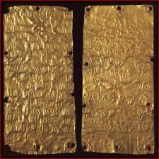 Pyrgi Gold Tablets show how the Phoenician & Etruscan alphabets were used in actual practice. These inscriptions date from approx 500 BC. They were found in a temple near ancient Caere in Italy, and describe a dedication made to the Phoenician goddess Ancient Alphabets, Ancient Scripts, Ancient Aliens, Ancient History, Etruscan Language, Phoenician Alphabet, Ancient Near East, Minoan, Ancient Artifacts