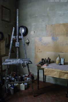 Giorgio Morandi studio (July 20 1890 – June 18 Italian painter and printmaker Bologna - Italy. My Art Studio, Dream Studio, Artist Art, Artist At Work, Artist Workspace, Painters Studio, Atelier D Art, Italian Painters, Famous Artists