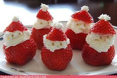 15 easy DIY ideas for adorable Christmas treats- Strawberry Santas! Noel Christmas, Christmas Goodies, Christmas Desserts, Holiday Treats, Christmas Treats, Christmas Baking, Holiday Fun, Holiday Recipes, Christmas Morning