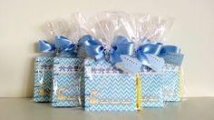 Caderninhos personalizados para receber o seu bebê e presentear os amigos. <br>Costurados à mão, costura copta, 40 folhas. <br>Capa em papel Couché 180g personalizado. <br>Você imagina e nós criamos a arte da capa e enviamos por e-mail para aprovação. <br>Embalados e laço em fita de cetim dupla face.