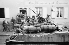 Prise de Strasbourg et sa région par la 2e DB (Division Blindée). Description : L'obusier M 8 Howitzer « Anglemont » du 3e RMSM (Régiment de Marche de Spahis Marocains) lors de la libération de Strasbourg. Date : Novembre 1944