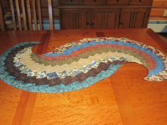 "As soon as I saw one of these spiral table runners at a guild ""show and tell,"" I knew I wanted to make one. Table Runner And Placemats, Table Runner Pattern, Quilted Table Runners, Small Quilt Projects, Quilting Projects, 10 Minute Table Runner, African Quilts, Bargello Quilts, Quilted Table Toppers"