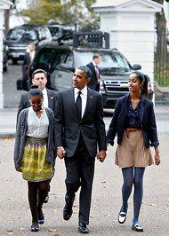 Malia Obama Is Taking Style Cues From Michelle Obama Just Like the Rest of Us Mr Obama, Barack Obama Family, Malia Obama, Obama Daughter, First Daughter, Barrack And Michelle, Michelle Obama, Presidente Obama, Malia And Sasha