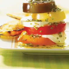 Tomato Napoleon with Chive Vinaigrette Vinaigrette, Pain Baguette, Side Dish Recipes, Side Dishes, Charcuterie, Ricardo Recipe, White Bread, Vegetable Recipes, Panna Cotta