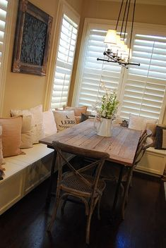Rustic farmhouse banquette seating in kitchen decor ideas Kitchen Benches, Kitchen Decor, Cozy Kitchen, Kitchen Corner, Style At Home, Banquette Seating, Built In Bench, My New Room, Cozy House