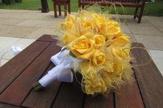 Lindo bouquet em rosas e botões de rosas em e.v.a. cor amarelo ouro - com tule e arcos dourados por todo o Bouquet!   E.V.A. material PERFEITO, pois imita o toque aparência e textura de uma rosa natural! Fino e delicado como uma pétala  de uma rosa natural!  Bouquet contém 45 rosas, fita branca de cetim, folhagem verde e cabo verde aparecendo dão destaque naturalidade ao Bouquet, e para finalizar um lindo broche no laço  Todos os meus bouquets são personalizados!  Disponível nas cores: lilás…