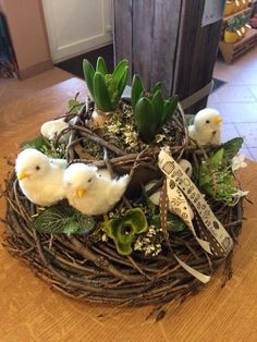 cute idea for Spring Easter Flower Arrangements, Easter Flowers, Floral Arrangements, Arte Floral, Deco Floral, Diy Ostern, Hoppy Easter, Easter Party, Easter Wreaths