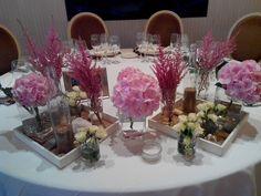 Mesa presidencial con flores naturales