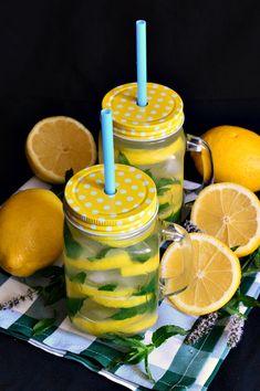 Limonada cu miere si menta - CAIETUL CU RETETE Jacque Pepin, Bowl, Caramel Apples, Detox, Health Fitness, Food And Drink, Tasty, Drinks, Cake