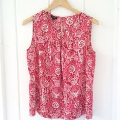 Talbots polyester sleeveless top (petite) Perfect for summer! Talbots sleeveless 100% polyester pattern top. Gently used/like new condition! Size 12P Talbots Tops