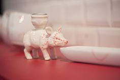 """Mur Porcelaine  """" Pig pig """" longueur : 45 cm Décors peints à la main sur porcelaine"""