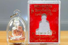 """Ruup Loor Bam Muean Nuea Sam Gasat Ruun Phokka Srap Koon 88"" Thai Amulett des ehrwürdigen Luang Pho Koon Parisuttho, Abt des Wat Banrai, Tambon Kut Piman, Amphoe Dan Koon Thot, Changwat Nakhon Ratchasima (Korat), Isan, Nordost-Thailand vom 28.09.2553 (2010). Das Amulett wurde vom ehrwürdigen Luang Pho Koon am 28.09.2553 im Viharn des Wat Banrai geweiht (siehe Fotos)."