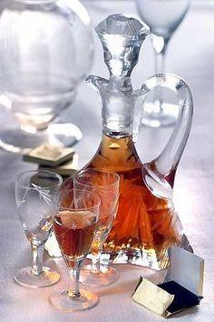 NALEWKI DLA SPÓŹNIALSKICH - 5 PRZEPISÓW: Nalewka żmudzka (z suszonych śliwek) / Nalewka imbirowa / Nalewka kawowa / Nalewka świąteczna / Nalewka pomarańczowa Homemade Liquor, Polish Recipes, Irish Cream, Dessert Drinks, Non Alcoholic Drinks, Healthy Drinks, Food To Make, Food And Drink, Cooking Recipes