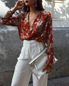 tenue chic femme en pantalon blanc et blouse grand décolleté grandes fleurs et sac pochette blanc Fashion Fail, Fashion Today, 80s Fashion, Look Fashion, Womens Fashion, Fashion Ideas, Komplette Outfits, Stylish Outfits, Spring Outfits