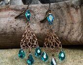 Boucles chandeliers filigrane dentelle, bronze antique, cristal Swarovski bleu pétrole : Boucles d'oreille par coup-de-grace