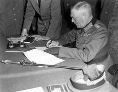 Feldmarschall Wilhelm Keitel bei der Unterzeichnung der Kapitulationsurkunde der Wehrmacht im Sowjetischen Hauptquartier in Berlin, 7. Mai 1945 |Im Gebiet des heutigen Hessen sind während des Krieges etwa 185.000 Zivilpersonen ums Leben gekommen,