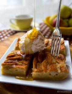 Omena-hunaja-blondies. Tässä Kinuskikissan blondie-versiossa tumma suklaa on korvattu valkosuklaalla ja taikina on makeutettu luomuhunajalla. Hunaja ei dominoi makumaailmaa, mutta antaa taikinalle vienon viehkeää aromia. Brownie-leivosten tapaan pohjan on tarkoitus jäädä hieman taikinaiseksi, mikä takaa leivosten mehevän koostumuksen.