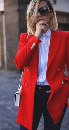 A red blazer is one of the hottest fashion trends in spring 2018 so don't hesitate to go with it and pair it up with some shirt and simple jeans to achieve the casual office look. Classy Outfits, Chic Outfits, Fall Outfits, Fashion Outfits, Fashion Trends, Latest Fashion, Womens Fashion, Fashion Ideas, Fashion Online