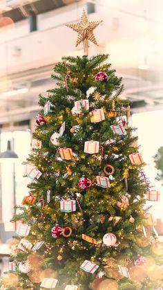Was darf an Weihnachten nicht fehlen? Richtig, der Weihnachtsbaum! Das dachten wir uns auch und haben uns Weihnachten ins Büro geholt. Habt ihr schon euren Baum geschmückt?🎄 #meinhöffi #höffner #hoeffner #moebelhoeffner #solebich #germaninteriorbloggers #interiorforyou #homedetails #wohnidee #wohnen #einrichtung #möbel #instahome #interior_design #wohnachten #weihnachten #weihnachtsdeko #christmas #xmas #adventszeit #advent #winter #hygge #weihnachtsbaum #baumschmuck Hygge, Christmas Tree, Holiday Decor, Winter, Design, Home Decor, Advent Season, Christmas, Creative
