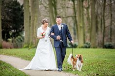 Bruidspaar met hond tijdens fotoshoot bruiloft, Bruidsfotografie, Trouwfotograaf, Bruidsreportage, Kasteel Henkenshage, Bruidsfotograaf | Dario Endara