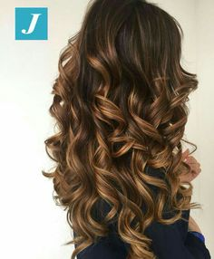 The ombre hair trend has been seducing for some seasons now. More discreet than tie and dye, less classic than sweeping, this new technique of hair. Brown Ombre Hair, Brown Blonde Hair, Ombre Hair Color, Hair Color Balayage, Brunette Hair, Hair Highlights, Gorgeous Hair, Hair Looks, Hair Trends