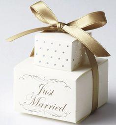 純白のプレゼントボックスに、ゴールドのリボンで華やかに