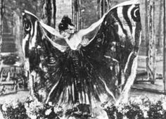 La Loïe as Pre-Cinematic Performance – Descriptive Continuity of Movement. In this paper Erin Brannigan pursues the idea, introduced briefly in the opening chapters of Gilles Deleuze's cinema books, that turn-of-the-century dance shares with cinema the role of manifesting a new understanding of motion particular to the 20th century.