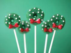 Christmas Wreath Cake Pops by Bakerella Christmas Cake Pops, Noel Christmas, Christmas Goodies, Christmas Desserts, Christmas Treats, Christmas Baking, Snowman Cake, Wedding Cake Toppers, Cake Wedding