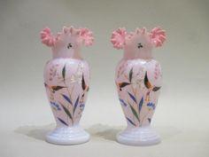 Paire de vases en opaline rose peinte et émaillée à décor de fleurs