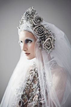 Ice Queen Note:fabulous safety pin headpiece and veil by Sorcha… Snow Queen, Ice Queen, Dark Queen, Dress Dior, Foto Fantasy, Fantasy Hair, Fantasy Makeup, Fascinators, Headpieces