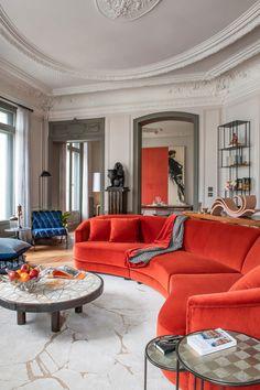 В Париже почти каждая квартира — это про искусство, творчество, историю, но нередко также и про яркие краски. Всё это есть в замечательных апартаментах рядом со знаменитой Оперой Гарнье — в основу их обновлённых интерьеров легла роскошная художественная лепнина на потолках и великолепные классические дверные рами. Наполняя пространства мебелью, дизайнер решил действовать смело — мягкая... Bertoia, Living Room Decor, Living Spaces, Bedroom Pictures, House And Home Magazine, Interior Design Inspiration, Design Ideas, Luxury Living, Interior Architecture