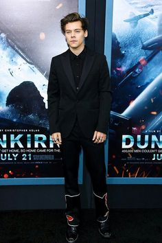 Harry Styles, Fionn Whitehead, & Aneurin Barnard Premiere 'Dunkirk' in New York!: Photo Harry Styles and his co-stars Fionn Whitehead and Aneurin Barnard hit the red carpet at the premiere of their movie Dunkirk on Tuesday (July at AMC Loews Lincoln… Harry Styles 2012, Harry Styles Funny, Harry Styles Imagines, Harry Edward Styles, Harry Styles Lockscreen, Harry Styles Wallpaper, Radio City Music Hall, Burberry Prorsum, Raf Simons