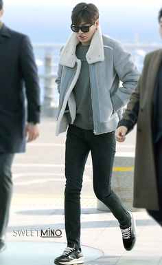 Airport, going to Nanjing for Semir event, Korean Airport Fashion, Korean Fashion, Lee Min Ho Wallpaper Iphone, Korean Male Actors, Lee Min Ho Photos, Hot Korean Guys, Kim Woo Bin, Pretty Men, Character Outfits