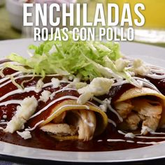Video de Enchiladas con Salsa Roja y Pollo Prepare these delicious enchiladas in red sauce with chicken, accompanied with lettuce, cheese and cream. A dish of Mexican food that you will love. I Love Food, Good Food, Yummy Food, Tasty Videos, Food Videos, Mexican Cooking, Mexican Food Recipes, Indian Recipes, Cooking Recipes