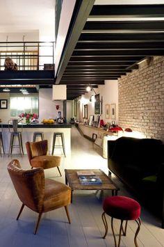 . Overall chic modern loft space.  Choix stratégique de la lumière et meubles aux lignes épurées.