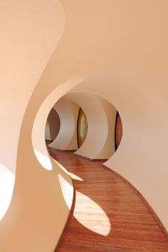Minimal house design hallway of Palais Bulle, the futurist modern architecture house of Pierre Cardin, in South of France. Architecture Design, Organic Architecture, Beautiful Architecture, Home Interior Design, Interior And Exterior, Interior Decorating, Interior Colors, Pierre Cardin, Pinterest Inspiration