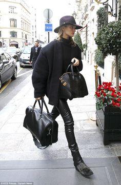 la modella mafia Rosie Huntington Whiteley street style in a Balmain jacket and Givenchy bag 1 Fashion Week Paris, Fashion Weeks, London Fashion, 00s Mode, Alissa Salls, Chic Minimalista, Fall Inspiration, Fashion Gone Rouge, Rugged Style