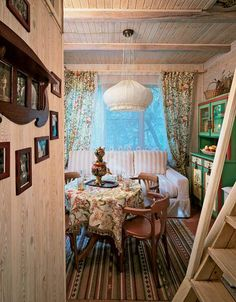 Get inspired with the traditional Russian interior design, It's very interesting and elegant style! Cottage Living, Cottage Homes, Cottage Style, 1940s Home, Forest House, Interior Decorating, Interior Design, Cottage Interiors, Wooden House