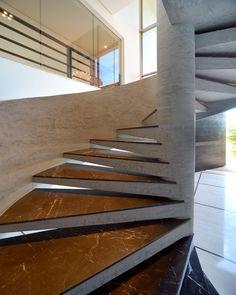 Em concreto e mármore, a escada foi um pedido especial do proprietário.  Projeto: Arquiteto Marcelo Melhado.