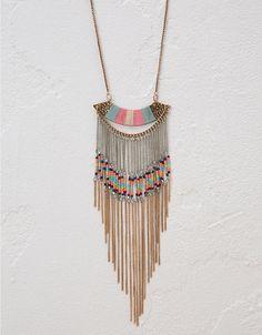 Collar hilo de colores y flecos. Descubre ésta y muchas otras prendas en Bershka con nuevos productos cada semana