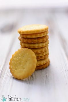homemade club crackers -will substitute butter with vegan butter. Ritz Crackers, Club Crackers, Crackers Appetizers, Thin Mints, Crab Cakes, Ritz Cracker Recipes, Cookie Recipes, Snack Recipes, Jalapeno Popper Dip
