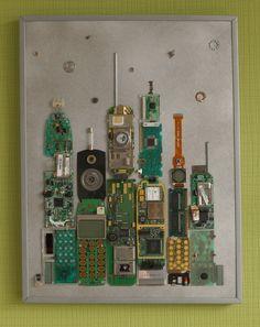 Skyline einer Großstadt als Collage, Bild aus Elektronikschrott, Collage aus Computerschrott