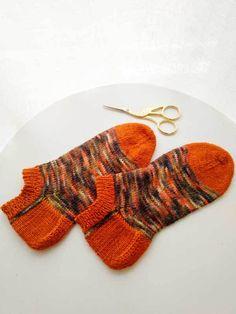 Tejer Calcetines Tobilleros Súper Molones – anaconde   socks&co Crochet Slippers, Macrame, Gloves, Socks, Embroidery, Knitting, Vintage, Vestidos, Mesh